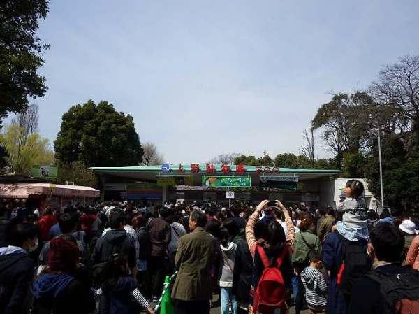 凄まじい人の数の「上野動物園」入場ゲート