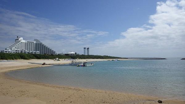 真栄里ビーチ、見えるホテルはインターコンチネンタルホテル