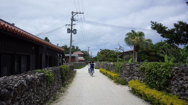 竹富島の中を自転車で駆け抜けてみます