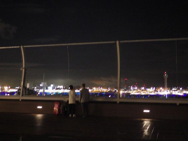 羽田空港の展望デッキのカップル