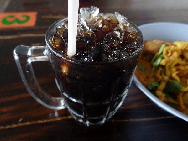 黒色の謎の甘いお茶ドリンクinタイ