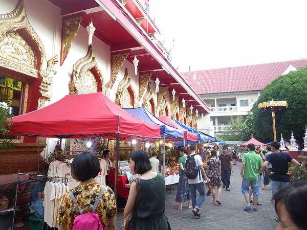 すぐ横はお寺です:チェンマイサンデーマーケット