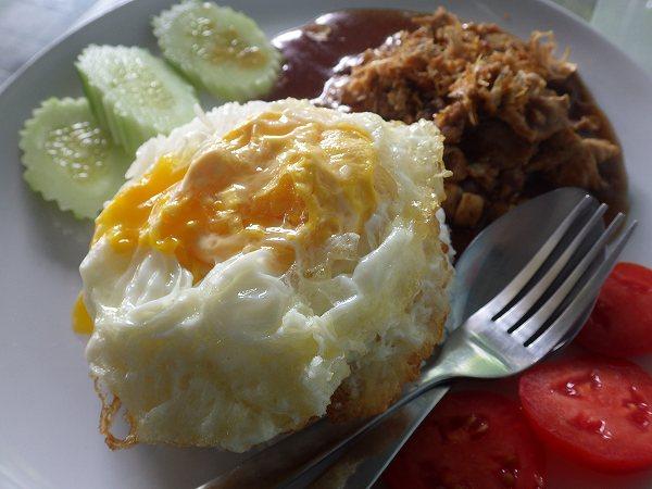 豚肉のガーリック焼きと目玉焼きのセット:タイ料理