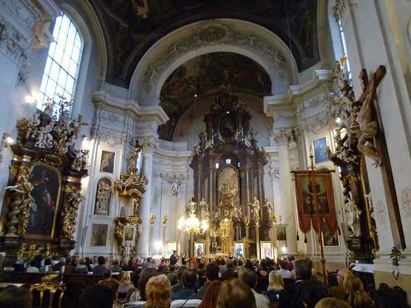 教会でのオーケストラ:プラハ