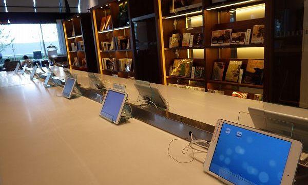 アイパッドや本が用意されております:カフェラボ大阪店