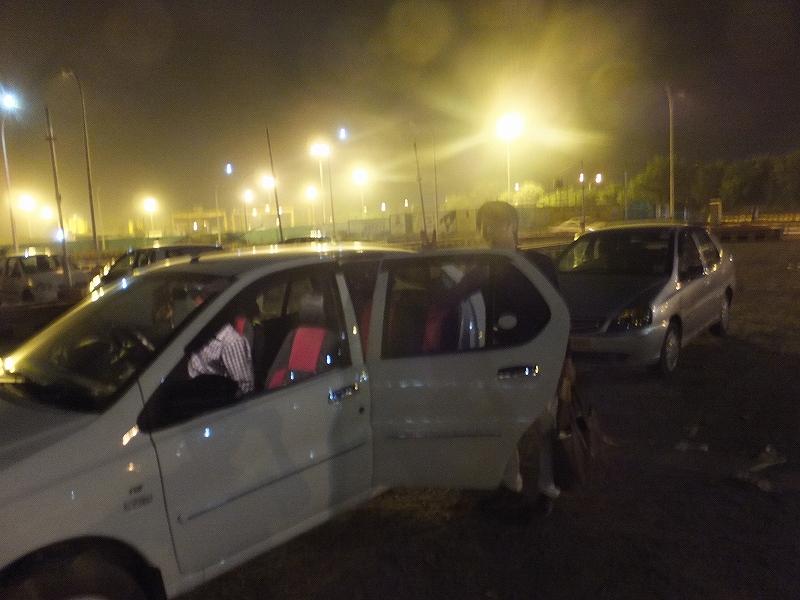 ラクナウ空港で手配してもらったタクシー