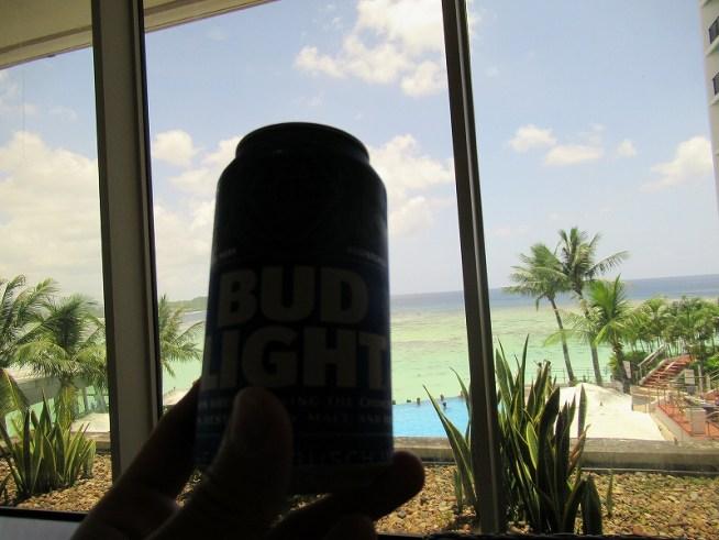 グアムリーフホテルのラウンジでビールを飲む♪