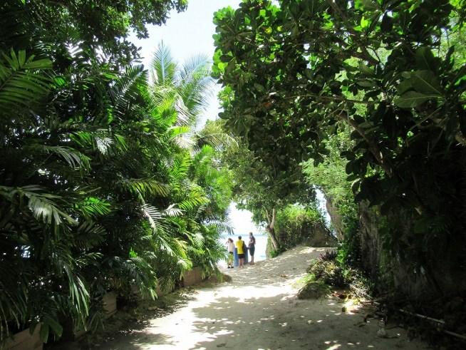 グアムリーフホテルのプライベートビーチ:茂みを抜けると・・・