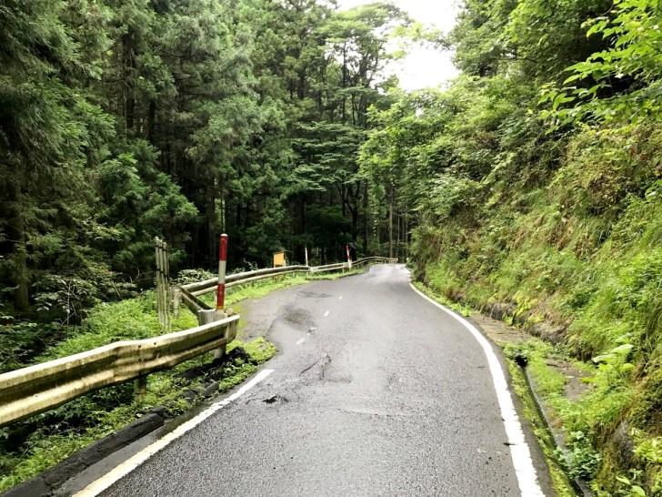途中途中にすれ違う幅があります。追分温泉への道