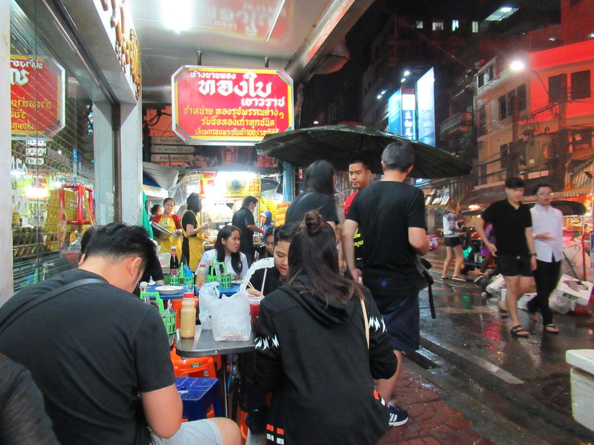 路上の屋台でご飯を楽しめる!バンコクの中華街