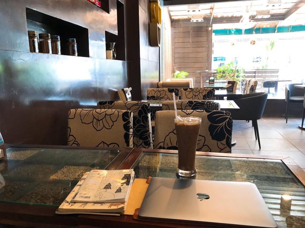 ビエンチャンの名前忘れたカフェ雰囲気