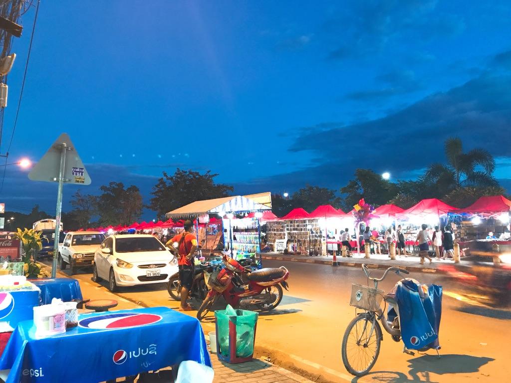 メコン川沿いに広がるナイトマーケット