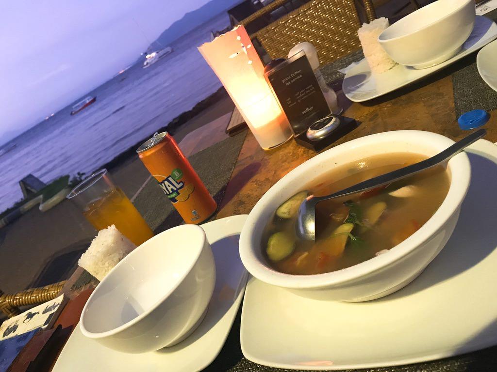 シニガン・フィリピン料理を食べながら海を見る^^・プエルトガレラ