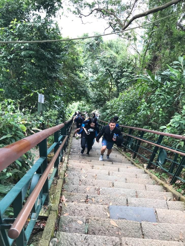 階段は結構急です!象山