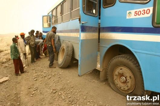 Awaria.Na szczęście mamy w bagażniku kilka zapasowych kół... jazda w Etiopii