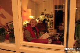 Do dzisiaj wielu mieszkańców miasta, zwłaszcza osoby starsze, nie zasłania okien w swoich mieszkaniach, Amsterdam, Holandia.