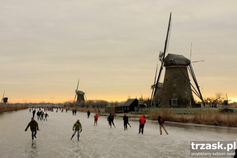Zamarznięta woda w kanałach Kinderdijk stwarza doskonałą okazję do zimowego szaleństwa, okolice Rotterdamu, Holandia
