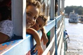 Dzieciaki w łódce podczas rejsu do Belem