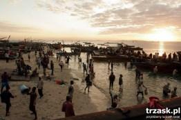 Największy na wybrzeżu targ rybny w Tanzanii, Dar es Salaam