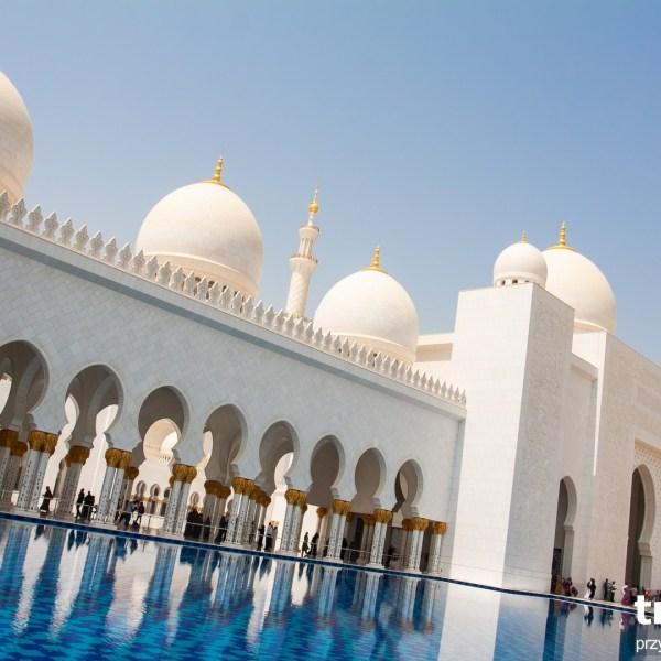 Wielki Meczet Szeika Zayed'a w Abu Dhabi. Bez okularów przeciwsłonecznych bolą oczy od tego blasku