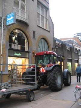 Traktor egy Douglas üzlet elõtt!!!!