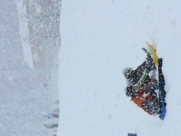 Hóesésben snowboardozók