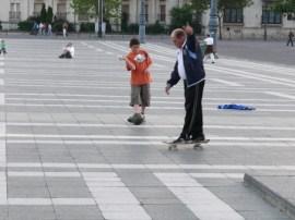 Apu gördeszkázik! : )
