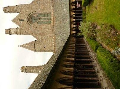 Gyönyörű belső udvar Mont Saint Michel apátság tetején