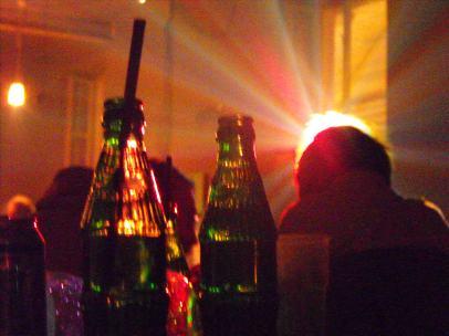 Tűzraktér, fények, üvegek és italozók