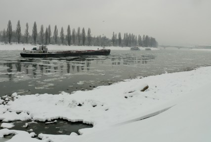Uszály a jeges Dunán