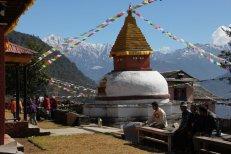 Le lodge en arrière plan d'un des stupas du monastère de Bhandar