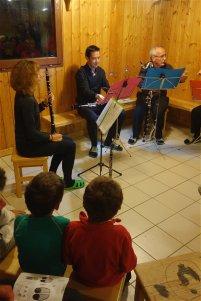Les musiciens se préparent, devant Titouan et Tiago très sages (c'est que la conteuse n'est pas commode... !)