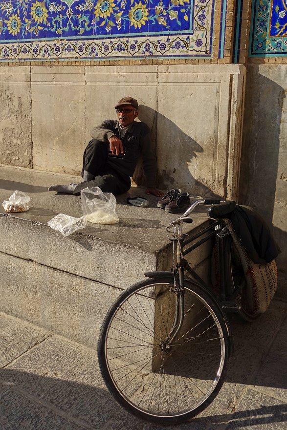 Notre cher Ali et son vélo sur la place de l'immam