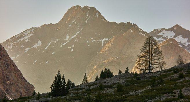 La Tête du Rouget (3418 m) en montant au Carrelet, au soleil couchant
