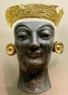 Κεφαλή χρυσελεφάντινου γυναικείου αγάλματος, 6ος αιώνας π.Χ., Μουσείο των Δελφών