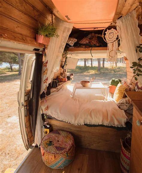 la imagen puede contener habitació coche interior interior