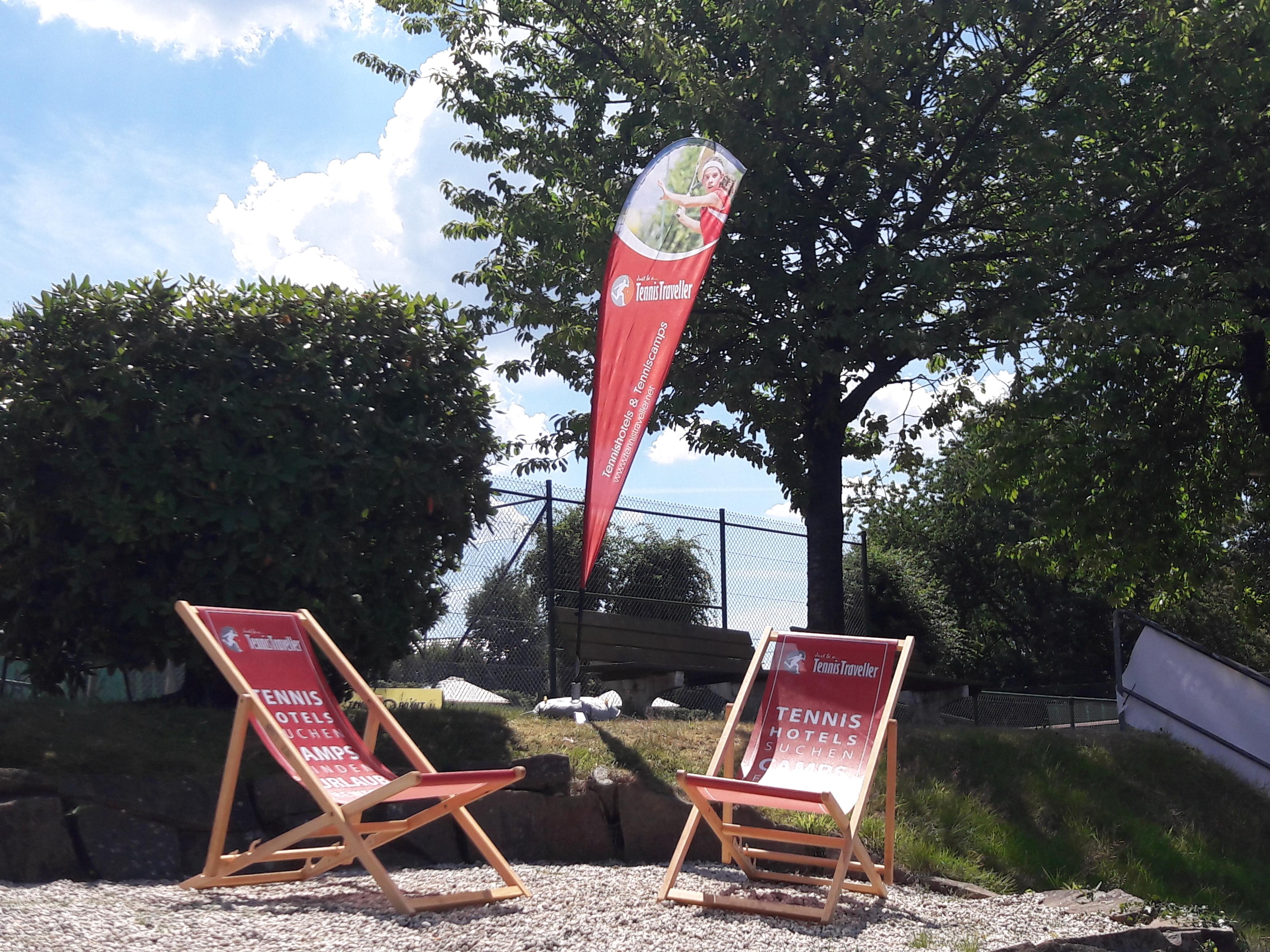Tennistraveller Beachflag und Sonnenliegen