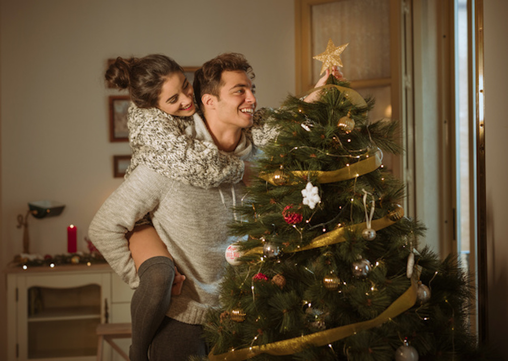 Couples-Christmas-activities-like-decorating-Christmas-tree-helps-you-understand-more-about-your-partner