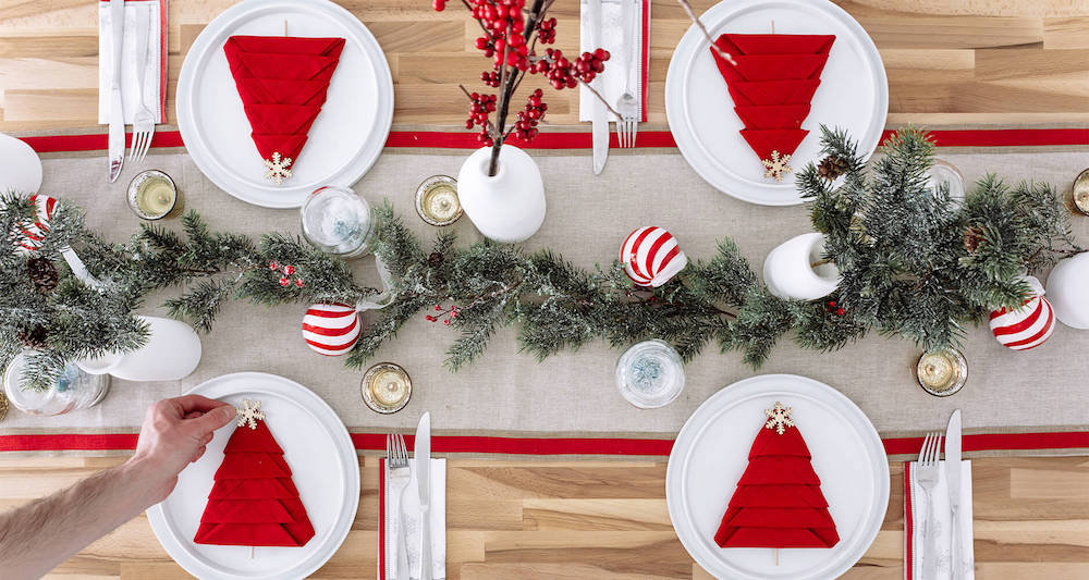 Christmas table settings in red create the warm atmosphere