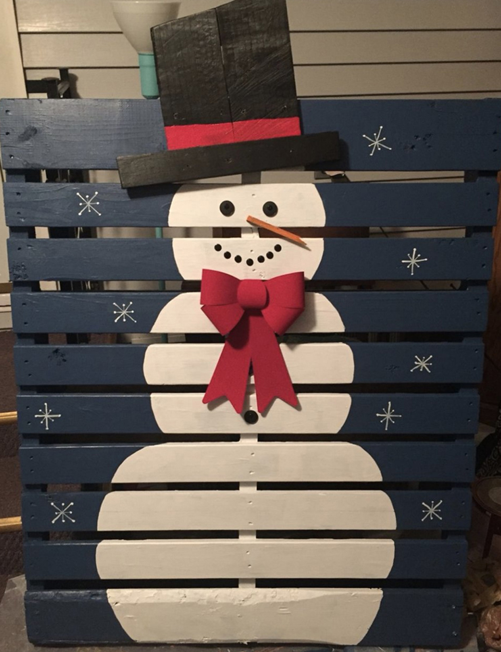 Snowman Pallet is one of the unique and creative DIY Christmas gifts 1 1