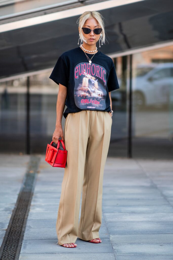 How-to-dress-up-a-t-shirt-with-trousers