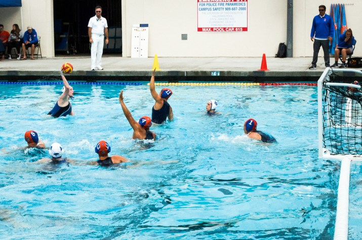 Female waterpolo players in the pool