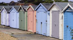 beach-huts-901647_1920