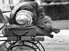 Αυτή είναι η Νέα Ελλάδα σου Σαμαρά. Άστεγος σπάει αμάξι για να κοιμηθεί.
