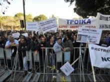 Συνεχίζονται οι διαμαρτυρίες έξω από την Κυπριακή Βουλή.