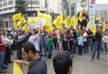 Από την διαμαρτυρία Ἑλληνορθοδόξων τοῦ Λιβάνου μὲ βυζαντινὲς σημαῖες, κατά τὴς τουρκικὴς ταινίας «Ἅλωση 1453»