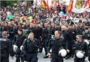 Άνδρες των Γερμανικών ΜΑΤ έβγαλαν τα κράνη και ενώθηκαν με Έλληνες, Ισπανούς και Γερμανούς διαδηλωτές!!!!