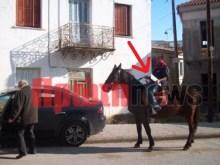 Παρέδωσε πινακίδες κυκλοφορίας καβάλα στο άλογο…!!!