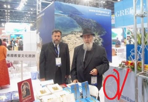 Ο Χριστέμπορος Χρυσόστομος διαψεύδει Χρυσόστομο, πουλώντας σταυρούς, θρησκευτικές εικόνες και θρησκευτικά βιβλία σε Κινέζους, στο φως της δημοσιότητας, στη... ΔΙΕΘΝΗ ΕΚΘΕΣΗ ΤΟΥΡΙΣΜΟΥ ΤΟΥ ΠΕΚΙΝΟΥ!!!... Δεν είναι γελοίος???