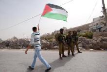 """Και στη Παλαιστίνη, ένας Παλαιστίνιος """"Αχιλλέας"""" βγάζει γλώσσα και κοροϊδεύει τους Εβραίους εισβολείς."""